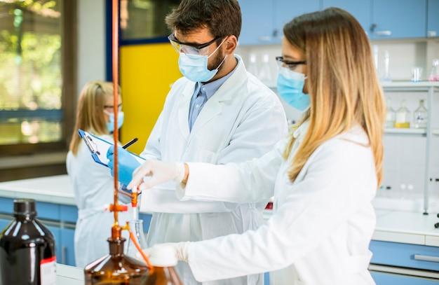 Gruppo di giovani ricercatori che analizzano i dati chimici in laboratorio