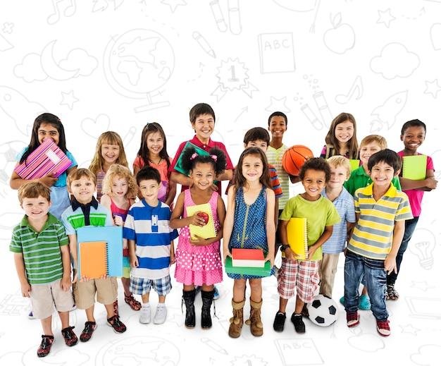 Gruppo di giovani studenti diversi isolato su sfondo bianco