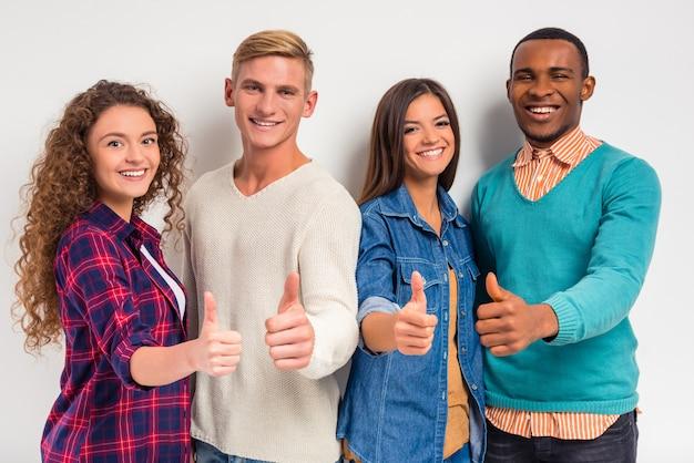 Gruppo di giovani, studenti