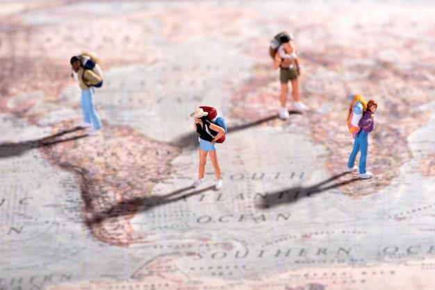 Gruppo di giovani viaggiatori su una mappa del mondo