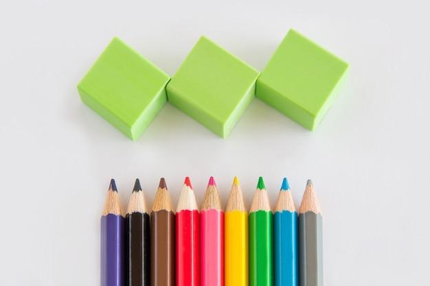 Gruppo di grafite e matita di colore, gomma verde su sfondo bianco con copia spazio