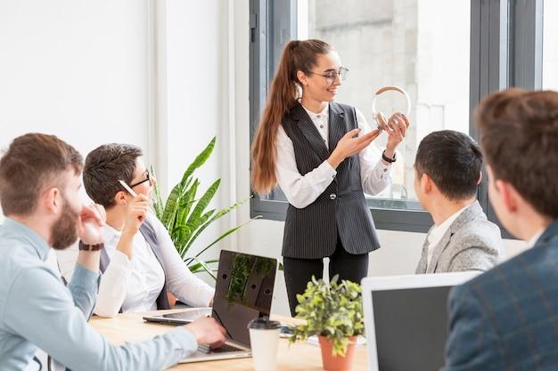 Gruppo di imprenditori che discutono di nuovo progetto