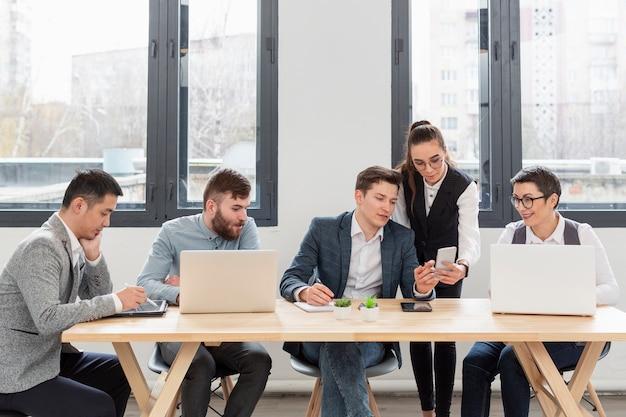 Gruppo di imprenditori che lavorano in ufficio