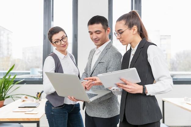Gruppo di imprenditori che lavorano insieme