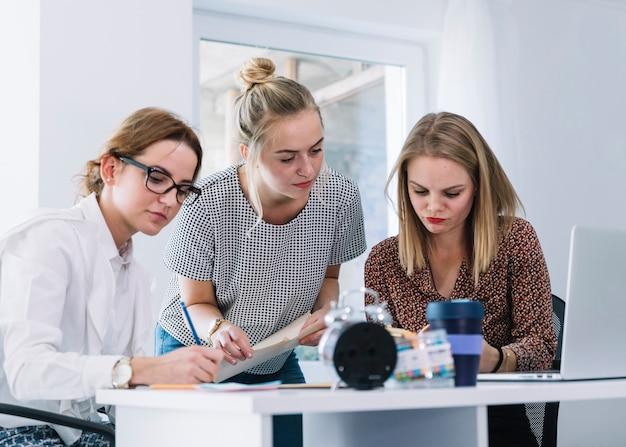 Gruppo di imprenditrici che lavorano in ufficio