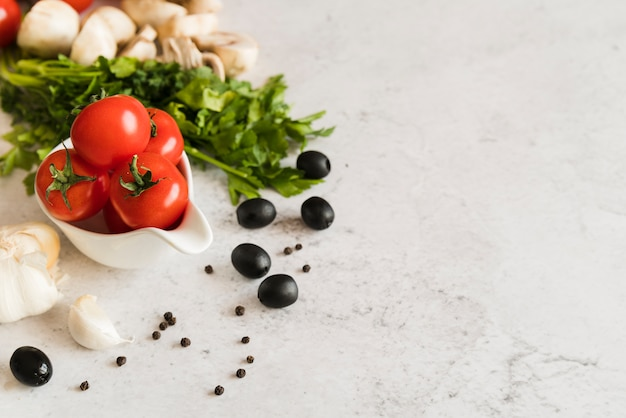 Gruppo di ingredienti italiani sul tavolo bianco