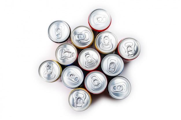 Gruppo di lattine di alluminio, bevanda fredda.