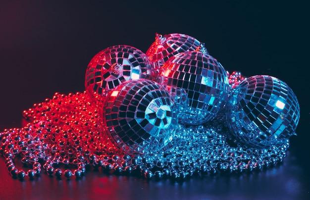 Gruppo di lucenti palle da discoteca