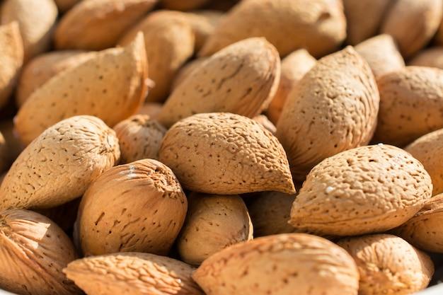 Gruppo di mandorle crude, sfondo. ingrediente principale per il torrone siciliano