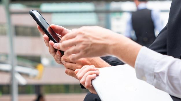 Gruppo di mani con smartphone.