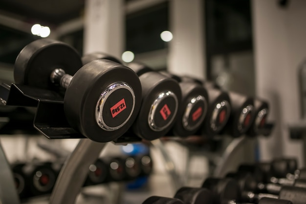 Gruppo di manubri neri in palestra fitness
