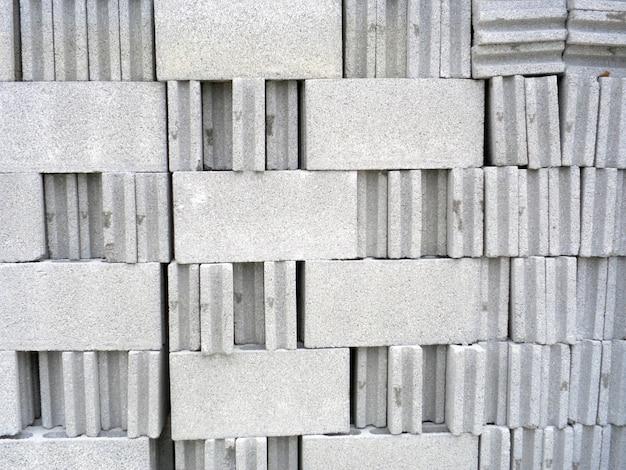 Gruppo di mattoni bianchi sul cantiere
