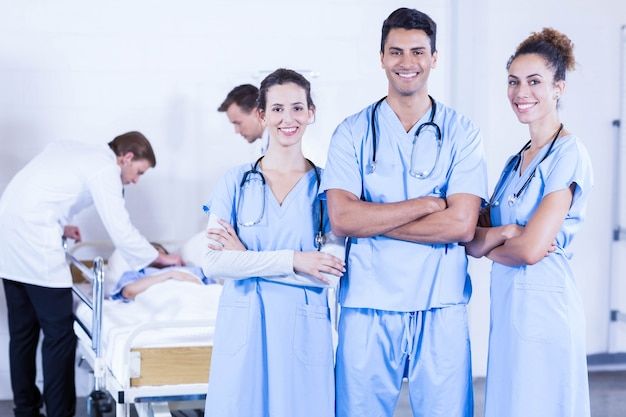 Gruppo di medici che discutono e che esaminano il rapporto dei raggi x in ospedale