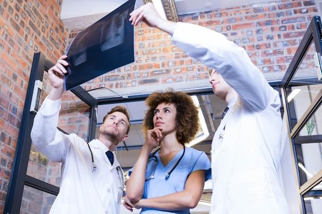Gruppo di medici che esaminano il rapporto dell'ascia in ospedale