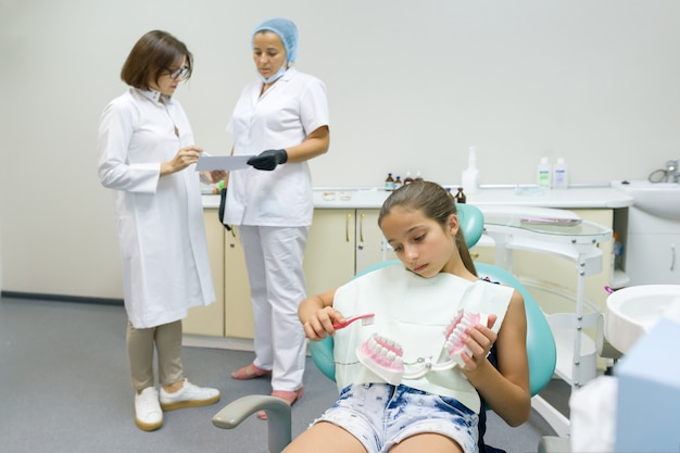 Gruppo di medici che esaminano raggi x