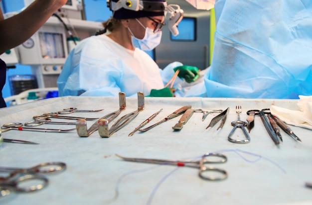 Gruppo di medici in sala operatoria con molti strumenti