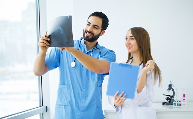 Gruppo di medici multirazziali felici che lavorano insieme nella clinica