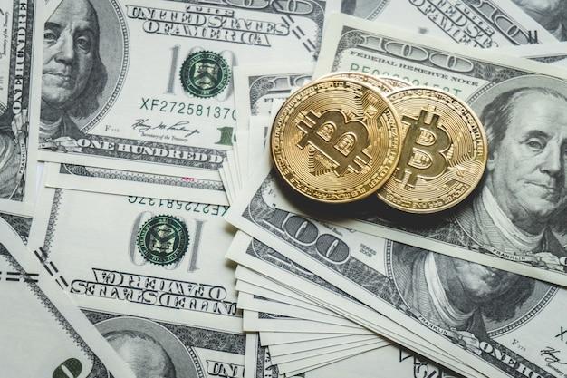 Gruppo di monete, pila bitcoin sulla banconota del dollaro. criptovaluta.