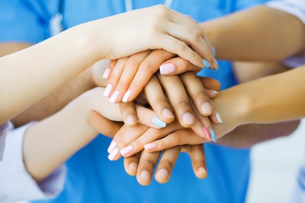 Gruppo di operatori sanitari che lavorano insieme in ospedale