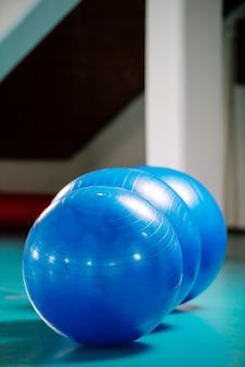 Gruppo di palle blu di pilates in palestra
