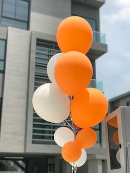 Gruppo di palloncini arancioni e bianchi palloncini per la decorazione del partito.