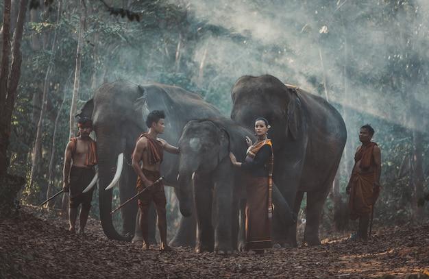 Gruppo di pastori tailandesi nella giungla con gli elefanti. momenti storici di stile di vita dalla cultura thailandese