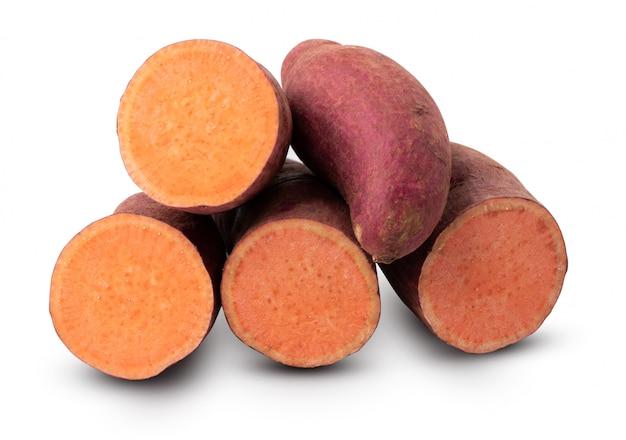 Gruppo di patata dolce isolato su sfondo bianco