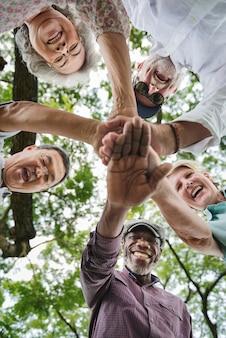 Gruppo di pensionamento senior che esercita concetto di unità