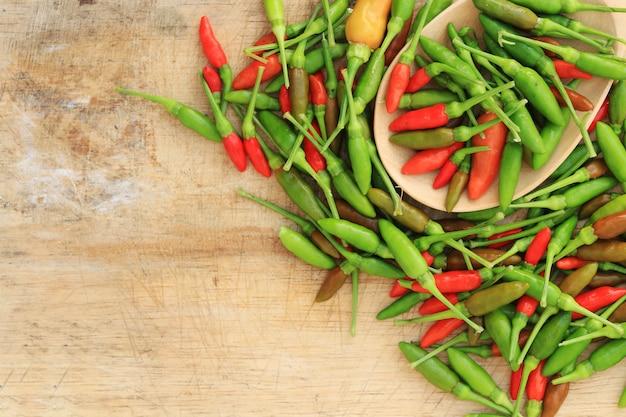 Gruppo di peperoncino rosso verde e marrone