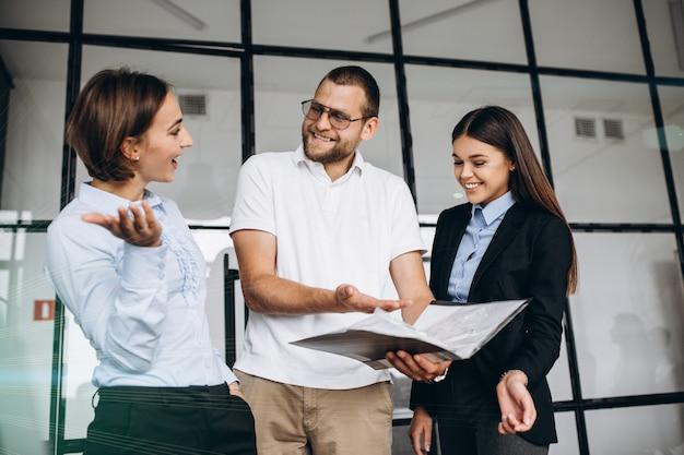 Gruppo di persone che elaborano business plan in un ufficio