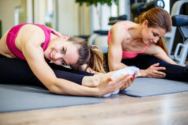Gruppo di persone che fanno esercizio di stretching.