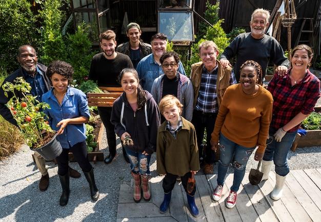 Gruppo di persone che fanno il giardinaggio il cortile insieme
