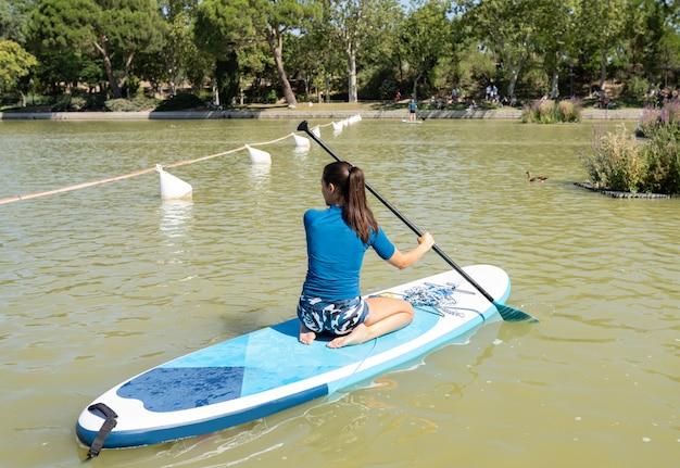 Gruppo di persone che fanno paddle surf