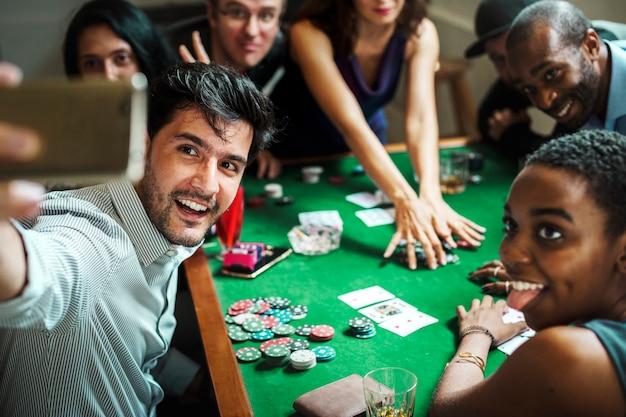Gruppo di persone che giocano insieme a giocare d'azzardo