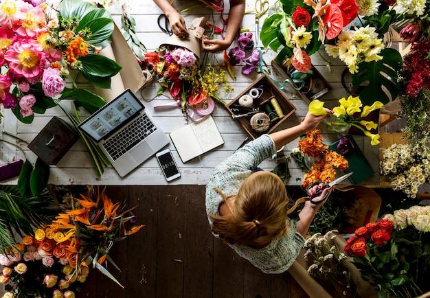 Gruppo di persone che lavorano nel negozio di fiori