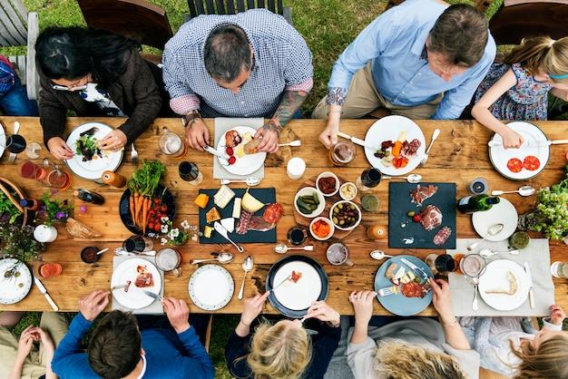 Gruppo di persone che pranza concetto
