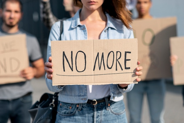 Gruppo di persone che protestano per la pace