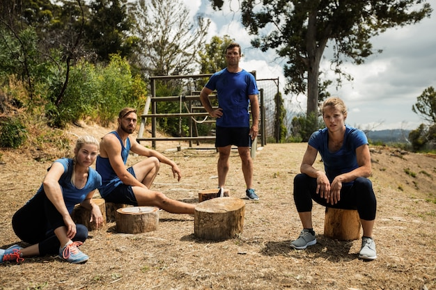 Gruppo di persone che si rilassano durante il campo di addestramento