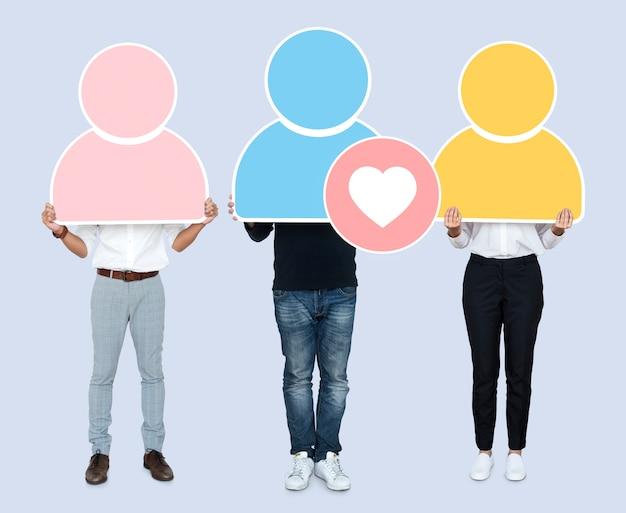 Gruppo di persone che tengono icone utente colorate