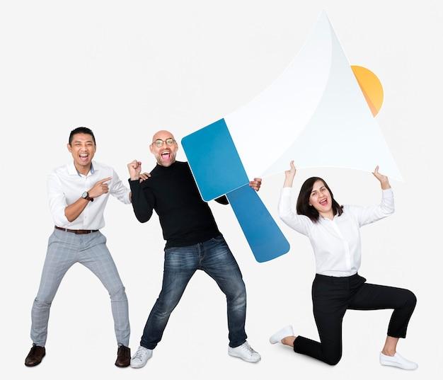 Gruppo di persone che tengono un'icona di megafono
