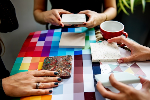 Gruppo di persone creative che si incontrano insieme