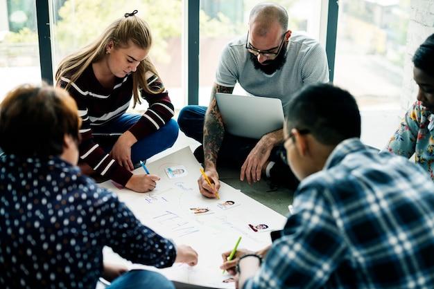 Gruppo di persone di brainstorming riunione nella stanza