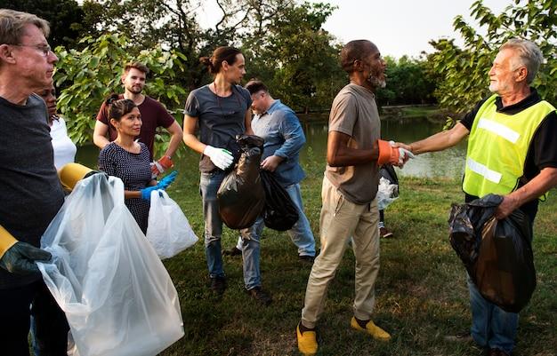 Gruppo di persone di diversità volontariamente progetto di beneficenza