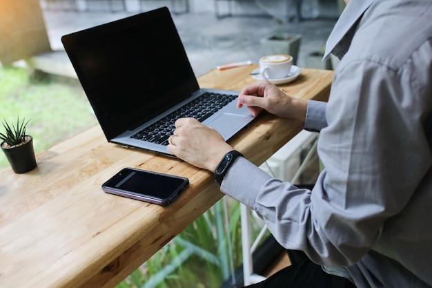 Gruppo di persone di varie nazionalità felice e allegro per il loro successo lavorano con il portatile in ufficio moderno.