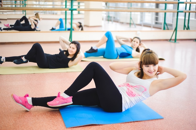 Gruppo di persone in palestra in una lezione di stretching