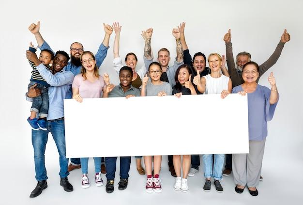 Gruppo di persone in possesso di un banner