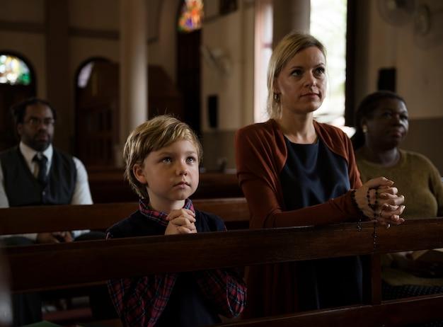 Gruppo di persone religiose in una chiesa