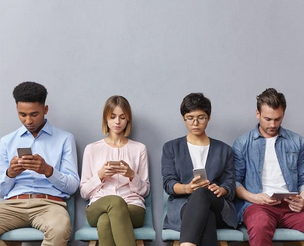 Gruppo di persone sedute in sala d'attesa
