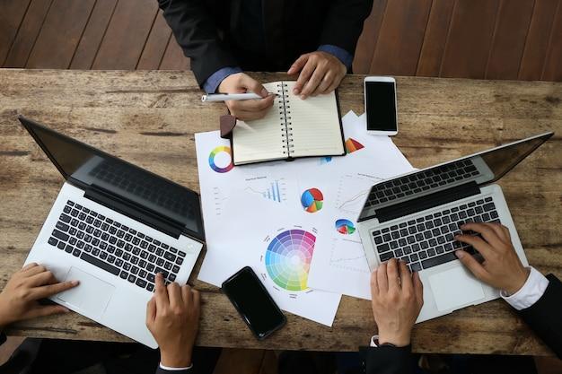 Gruppo di persone uomo d'affari di banchiere che lavora con laptop e diagramma di documento finanziario