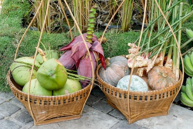 Gruppo di piante fresche di melone verde maturo